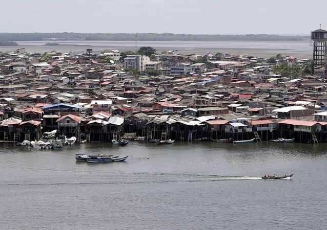 Embarcações navegando pela costa da cidade colombiana de Tumaco, no departamento de Nariño (arquivo)