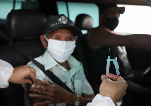 Homem recebe vacina de AstraZeneca/Oxford contra coronavírus em Manaus, Brasil, 29 de janeiro de 2020