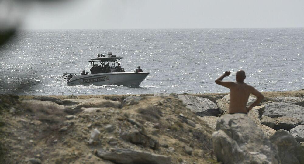 Forças de segurança da Venezuela patrulham perto da costa na cidade portuária de La Guaira, Venezuela, 3 de maio de 2020