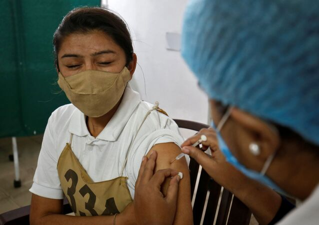 Policial recebe a vacina COVISHIELD contra coronavírus, do Instituto Serum da Índia, em Hospital Civil de Ahmedabad, Índia, 31 de janeiro de 2021