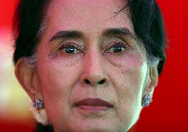 Líder do partido Liga Nacional pela Democracia, Aung San Suu Kyi, durante comício de campanha em Yangon, Mianmar (foto de arquivo)