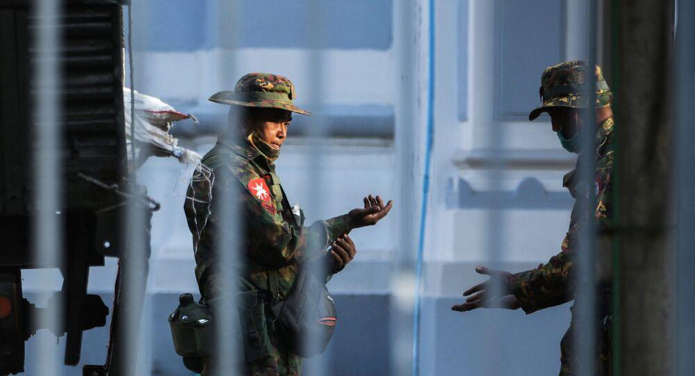 Soldado do Exército de Mianmar na frente da sede da prefeitura de Yangon, Mianmar, 1º de fevereiro de 2021