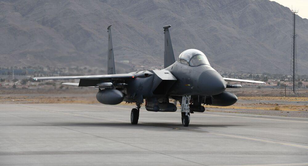 Caça F-15E prepara-se para usar míssil AGM-158B em base aérea no Novo México, EUA, 7 de janeiro de 2021