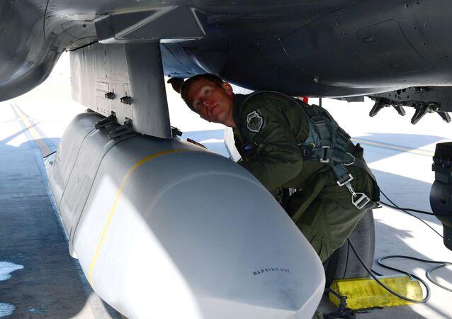 Diretor assistente de operações e diretor de testes do caça F-15E prepara-se para usar míssil AGM-158B em base aérea no Novo México, EUA, 7 de janeiro de 2021  (imagem ilustrativa