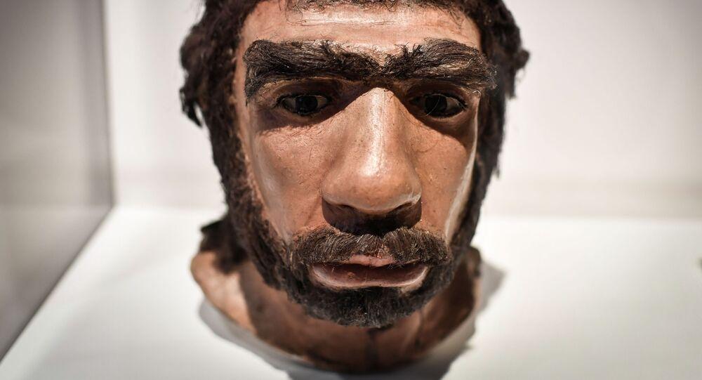 Moldagem da face de neandertal exibida durante exposição em Paris, França, 26 de março de 2018