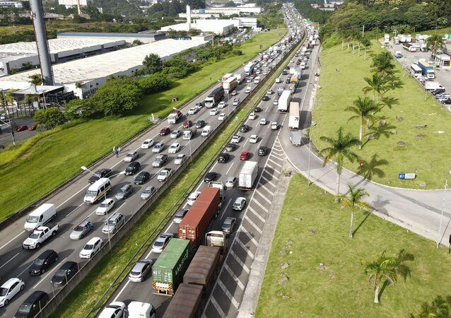 Caminhoneiros bloqueiam parcialmente a rodovia Castello Branco, em São Paulo, como parte de uma paralisação nacional protestando contra o alto preço do combustível e baixo valor na tabela de fretes. Foto de 1º de fevereiro de 2021.