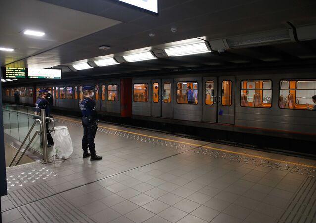 Policiais usando máscaras vigiam plataforma de uma estação de metrô em Bruxelas, em 4 de maio de 2020