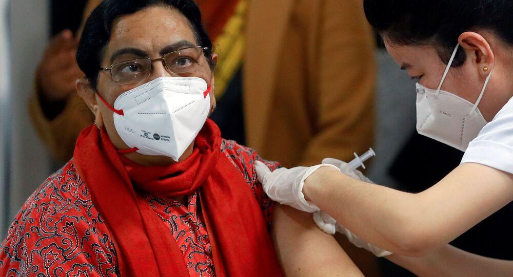 Profissional de saúde recebe vacina Covaxin contra COVID-19 em Nova Déli, na Índia