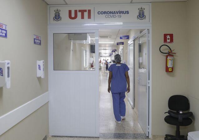 Funcionária caminha para UTI da Santa Casa, hospital na cidade de Jaú, em São Paulo, que opera com capacidade máxima devido à pandemia da COVID-19