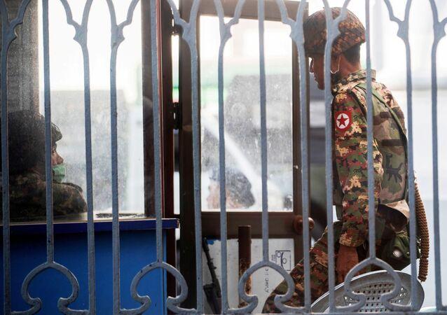 Militares mianmarenses dentro da Prefeitura de Yangon depois de ocuparem o edifício, em Yangon, Mianmar, 2 de fevereiro de 2021