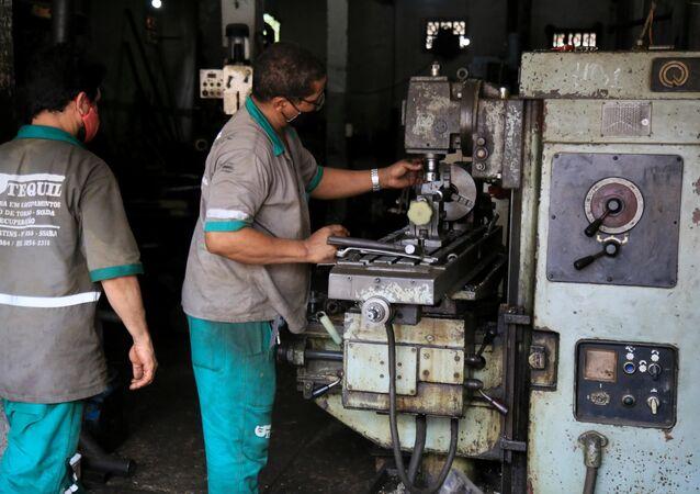 Em Salvador, no estado brasileiro da Bahia, um operário trabalha em uma oficina de retífica industrial, em 27 de janeiro de 2021