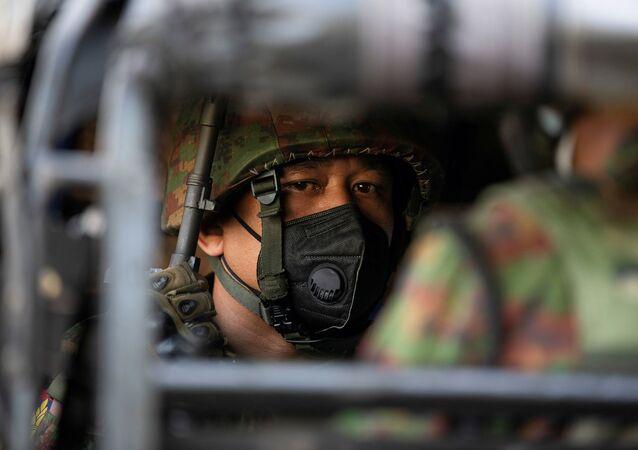 Soldado em Mianmar dentro de um veículo militar, em Yangon, em 2 de fevereiro de 2021