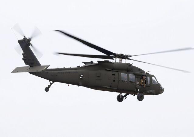 Helicóptero Black Hawk da Guarda Nacional do Arizona, EUA, decola para entregar suprimentos médicos a partir de Phoenix, Arizona, em 31 de março de 2020