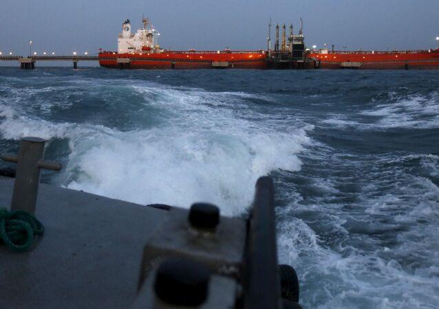 Navio petroleiro é carregado em terminal marítimo na Venezuela