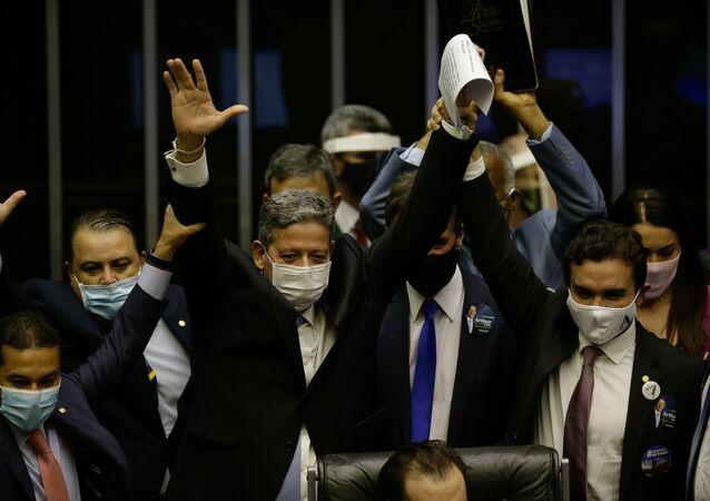 O candidato à presidência da Câmara dos Deputados, Arthur Lira (PP-AL), comemora com aliados após ser eleito presidente da Casa, no plenário da Câmara, em Brasília