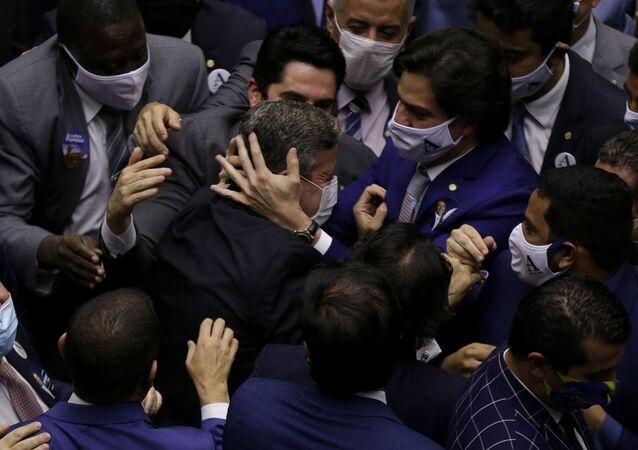 Candidato à presidência da Câmara dos Deputados, Arthur Lira (PP-AL), comemora com aliados após ser eleito presidente da Casa, no plenário da Câmara, em Brasília