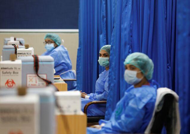 Paramédicos aguardam para administrarem doses da vacina contra o coronavírus da Sinopharm, doada pela China, em um centro de vacinação no Paquistão, 3 de fevereiro de 2021