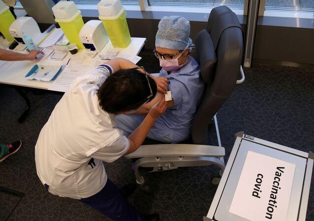 Membro de equipe de saúde recebe dose de vacina contra o SARS-CoV-2 da Pfizer/BioNTech no Hospital Delta do CHIREC em Bruxelas, Bélgica, 3 de fevereiro de 2021