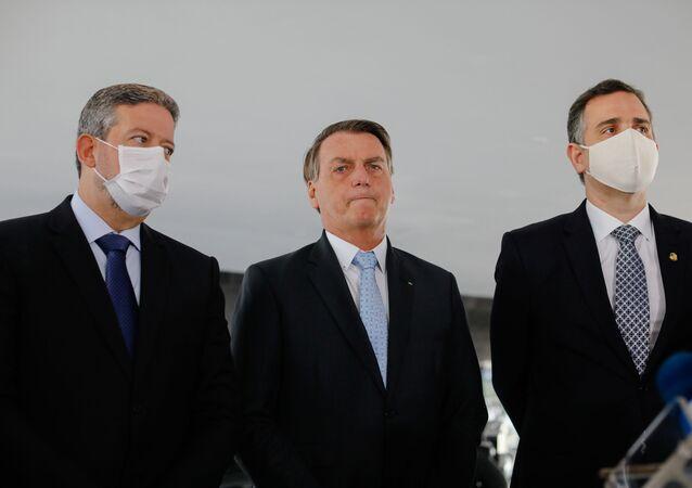 O presidente Jair Bolsonaro, com os presidentes da Câmara dos Deputados e do Senado Federal, Arthur Lira (esquerda) e Rodrigo Pacheco (direita) em 3 de fevereiro de 2021