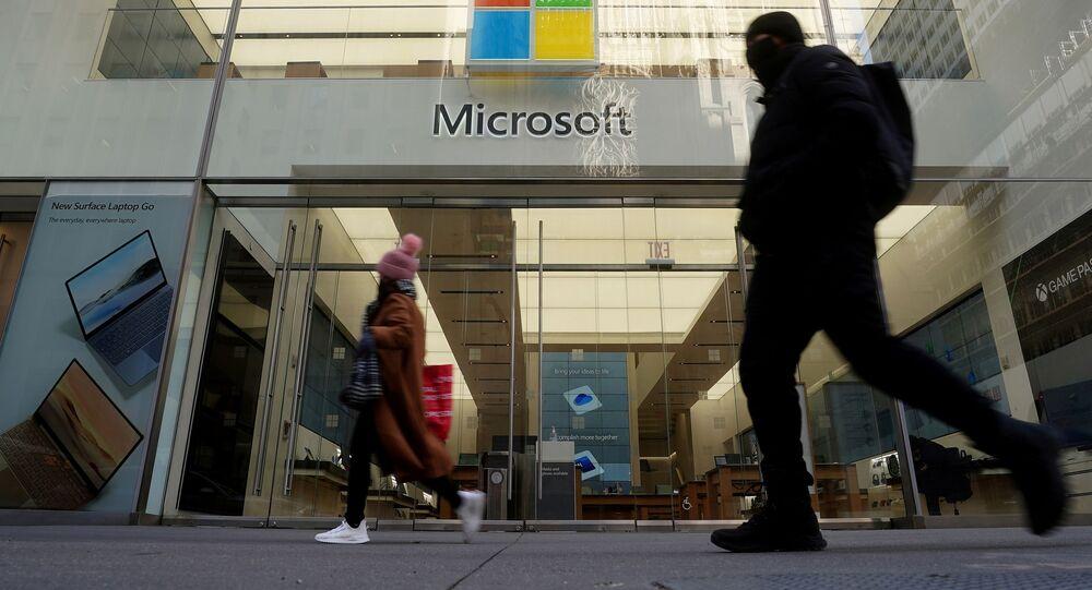 Pessoas passam perto de loja da Microsoft em Nova York, EUA, 25 de janeiro de 2021