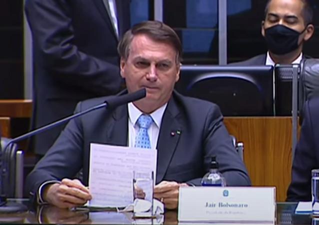O presidente Jair Bolsonaro (sem partido) ouve gritos de fascista e genocida no Senado Federal, em Brasília, no dia 3 de fevereiro de 2021.