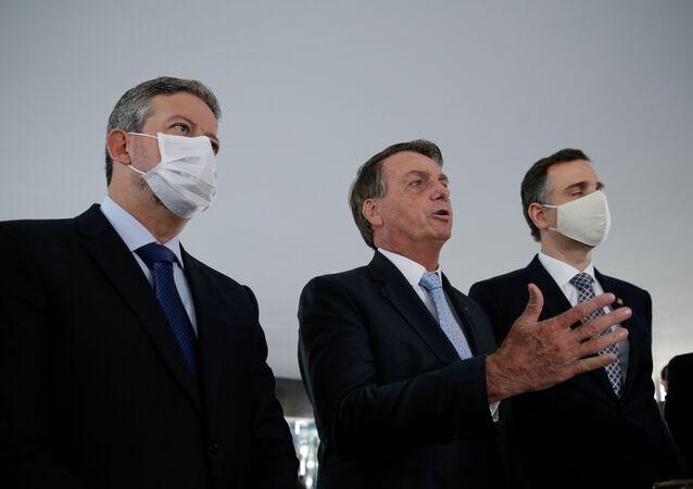 Presidente Jair Bolsonaro ao lado dos presidentes da Câmara, deputado Arthur Lira, e do Senado, Rodrigo Pacheco, durante declaração à imprensa após reunião entre os três no Palácio do Planalto