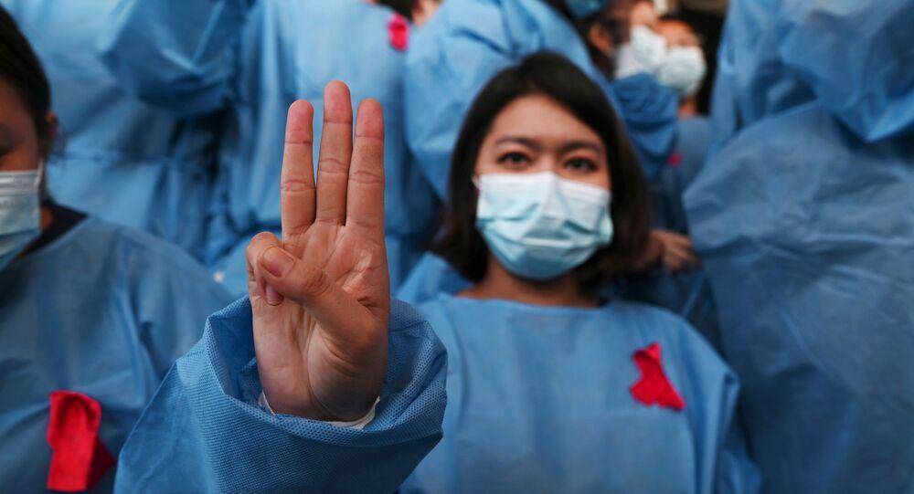 Saudação de Jogos Vorazes, com três dedos levantados, é usada por manifestantes para protestar contra o golpe militar em Mianmar. Foto tirada no Hospital Geral de Yangon, no dia 3 de fevereiro de 2021.