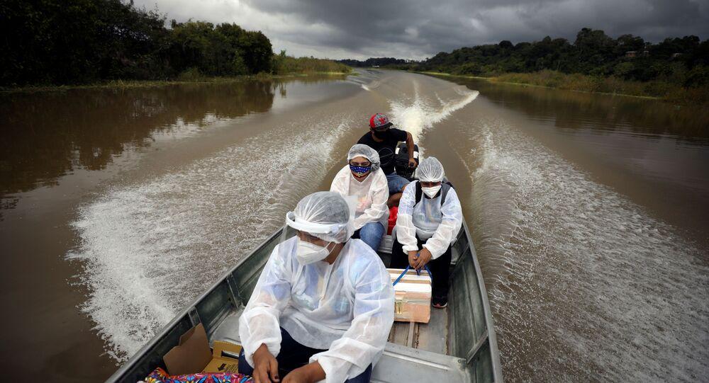 Funcionários da área de saúde viajam em barco no rio Solimões, em Manacapuru, no Amazonas