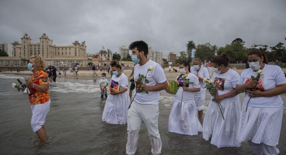 Devotos participam de homenagem a Iemanjá na praia de Ramirez, no Uruguai