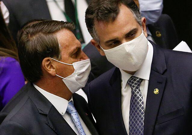 Presidente do Brasil, Jair Bolsonaro (à esquerda) conversa com o novo presidente do Senado, Rodrigo Pacheco, durante abertura da sessão legislativa no Congresso Nacional, Brasília, 3 de fevereiro de 2021