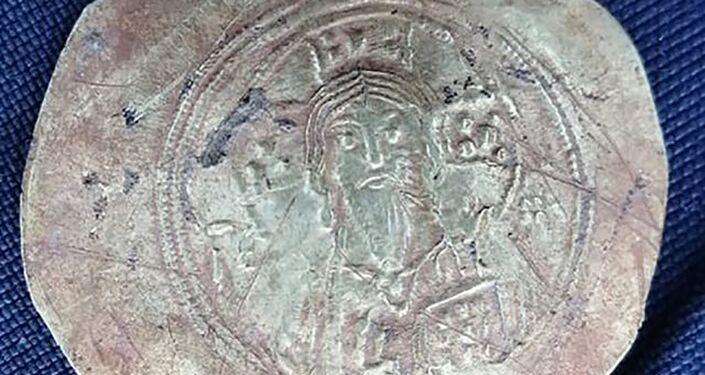 Moeda de ouro cunhada sob o reinado do imperador Miguel VII há quase 1000 anos encontrada durante escavações na Bulgária