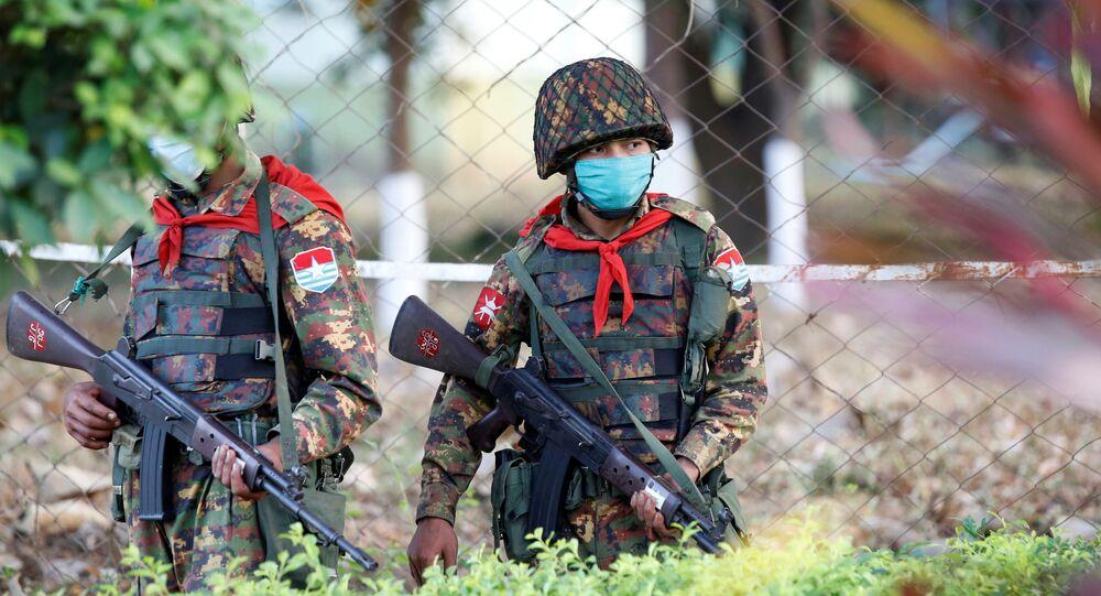 Soldados de Mianmar circulam em torno do parlamento em Naypyidaw