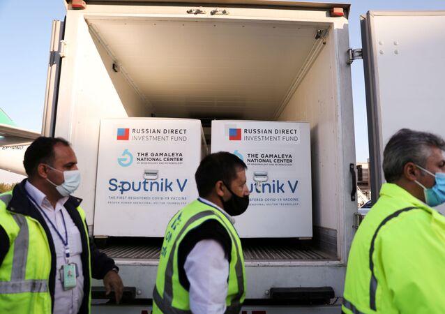 Carregamento com doses da vacina Sputnik V chega em Teerã, capital do Irã (foto de arquivo)