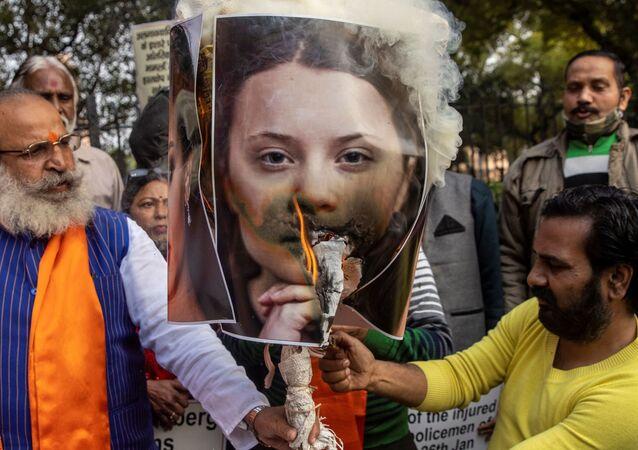 Pôster de Greta Thunberg sendo queimado como ato de repúdio contra seus tweets sobre protestos de agricultores na Índia