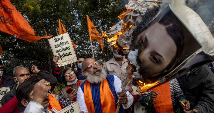 Indianos contrários aos protestos de agricultores tacaram fogo nos pôsteres de Greta Thunberg e de Rihanna, acusando-as de interferência internacional