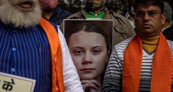 Pôster de Greta Thunberg antes de ser queimado