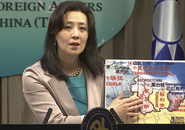 A porta-voz do Ministério das Relações Exteriores de Taiwan, Joanne Ou, aponta um mapa da Guiana em uma coletiva de imprensa, em Taipé, Taiwan, 4 de fevereiro de 2021