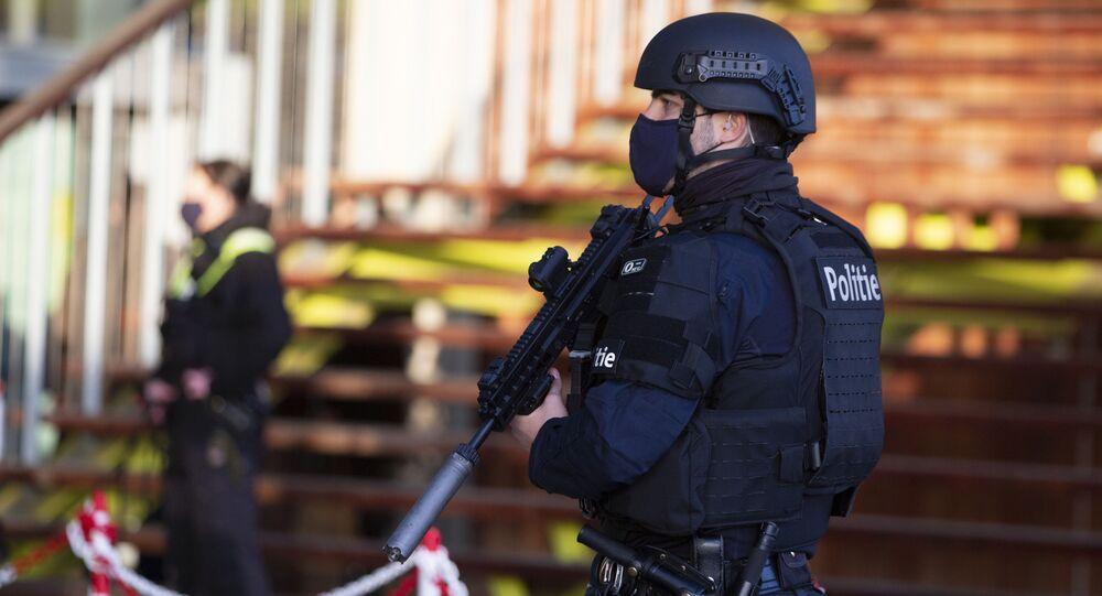Policiais belgas patrulham tribunal em Antuérpia onde o ex-diplomata iraniano Assadollah Assadi foi julgado