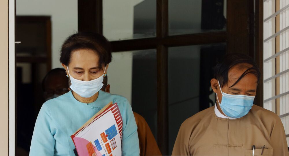 Conselheira de Estado de Mianmar Aung San Suu Kyi e presidente do país Win Myint saem, usando máscaras de proteção, depois da reunião do Comité Executivo Central na sede do partido Liga Nacional pela Democracia na capital Naypyidaw, Mianmar, 21 de julho de 2021