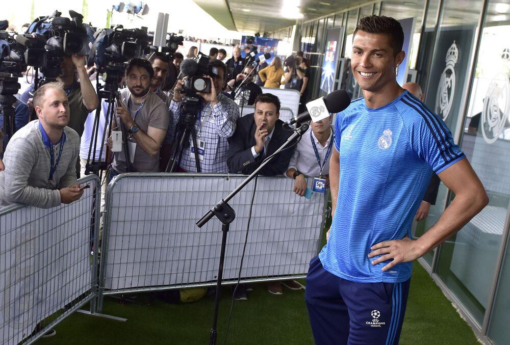 Cristiano Ronaldo sorri para jornalistas durante coletiva, em 24 de maio de 2016, em Madri, na Espanha