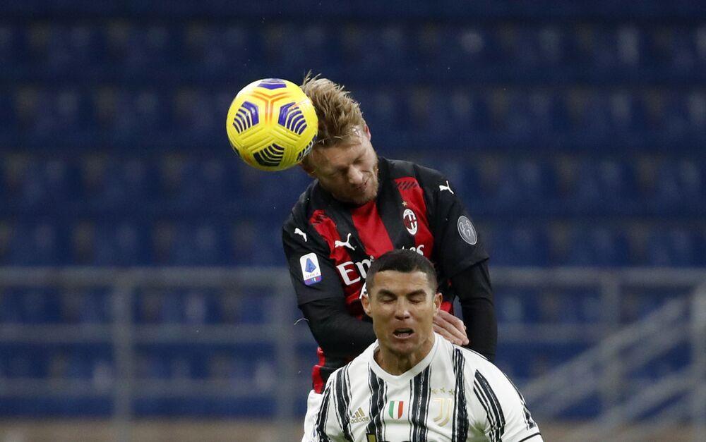 O craque português Cristiano Ronaldo em disputa com o zagueiro dinamarquês Simon Kjaer durante o clássico entre Juventus e Milan, no estádio Giuseppe Meazza, também conhecido como San Siro, em Milão, pelo campeonato italiano, em 6 de janeiro de 2021