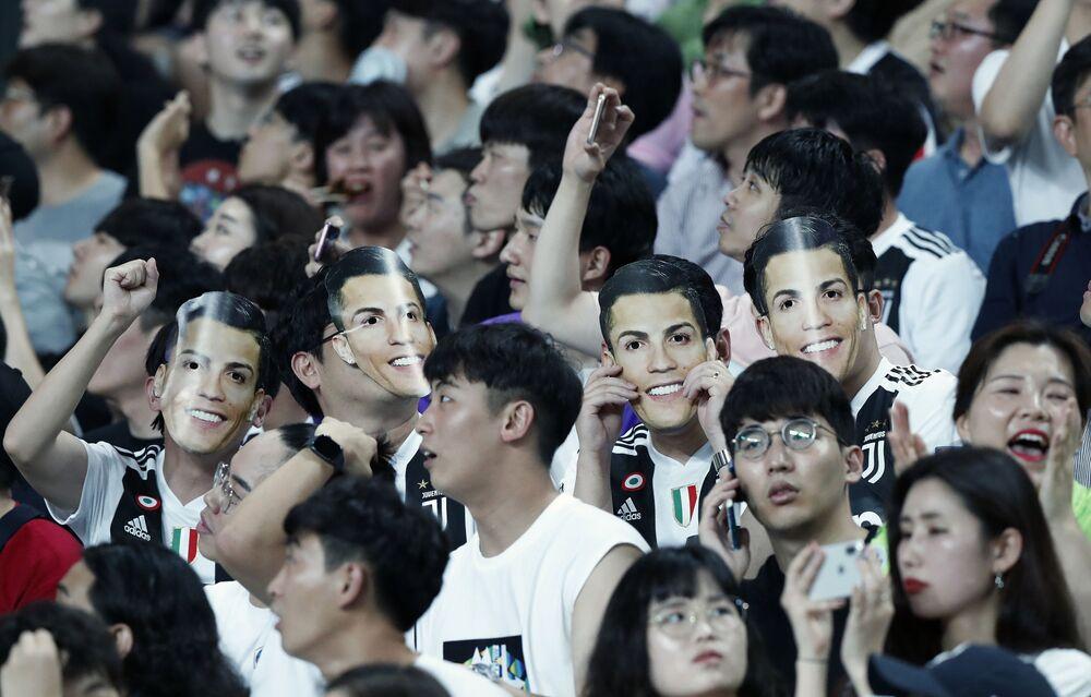 Torcedores sul-coreanos usam máscaras de CR7 durante amistoso entre a Juventus e um time de estrelas da K League em Seul, Coreia do Sul, em 26 de julho de 2019