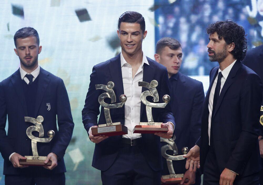 O português Cristiano Ronaldo recebendo honrarias no Gran Galà del Calcio, evento de premiação do futebol italiano, em Milão, em 2 de dezembro de 2019