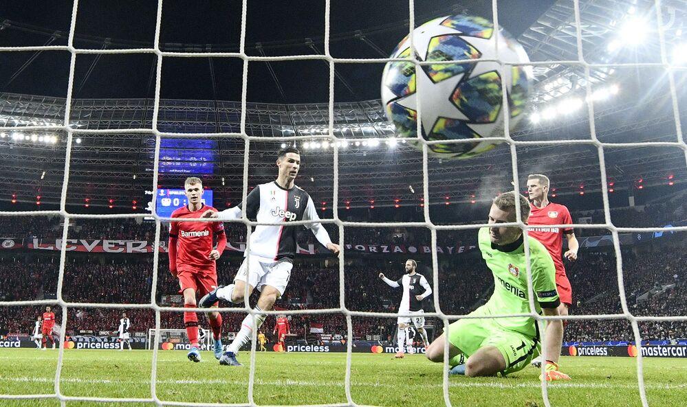 Ronaldo marca contra o Bayer Leverkusen, na BayArena, na Alemanha, pela última rodada da fase de grupos da Liga dos Campeões da UEFA, em 11 de dezembro de 2019