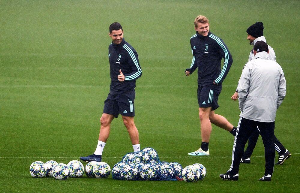 CR7 treinando ao lado do holandês Matthijs de Ligt, seu companheiro na equipe da Juventus