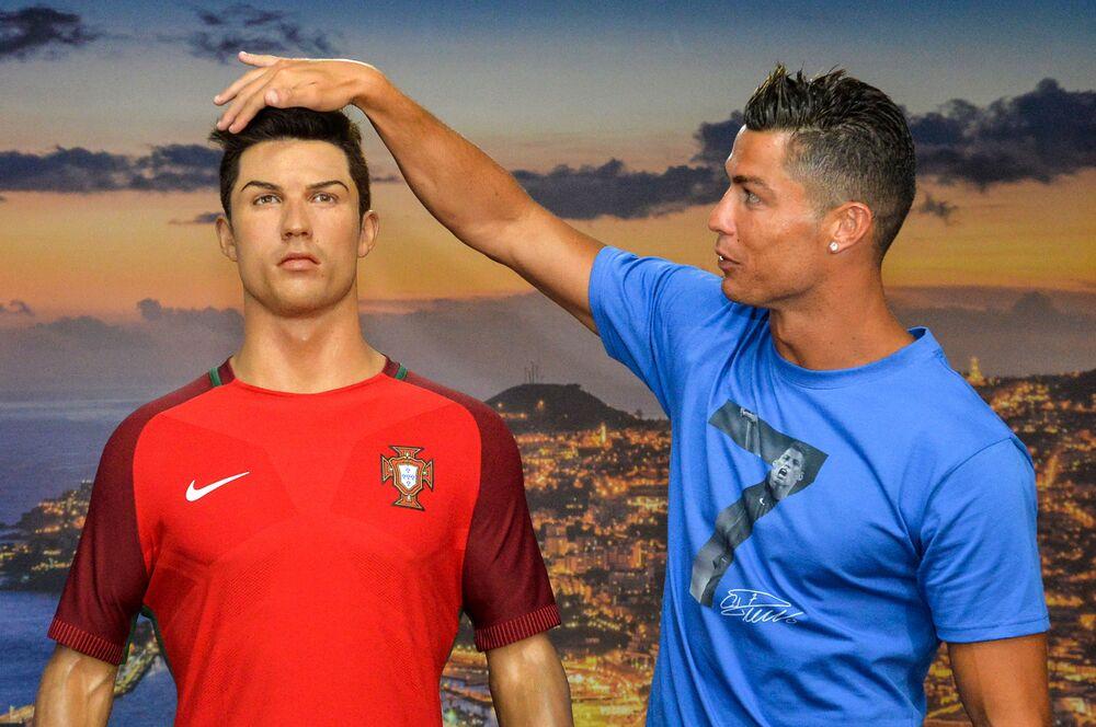 Cristiano Ronaldo posa ao lado de um Cristiano Ronaldo de cera durante visita ao Museu CR7, em 23 de julho de 2016, no Funchal, na ilha da Madeira, local de nascimento do ídolo português