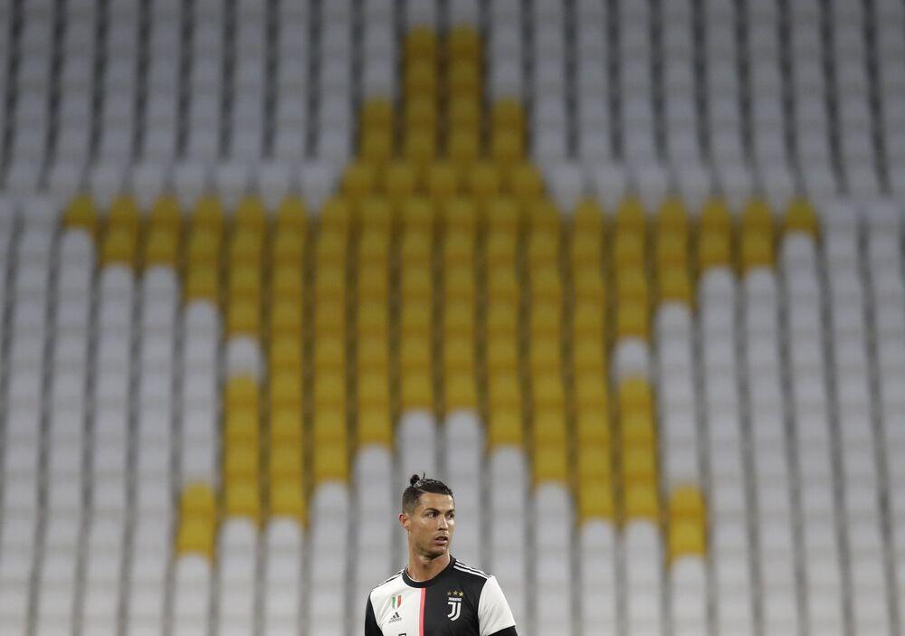 CR7 diante da arquibancada vazia durante confronto entre Juventus e Milan pela Copa da Itália, no Allianz Stadium, em Turim, em 12 de junho de 2020