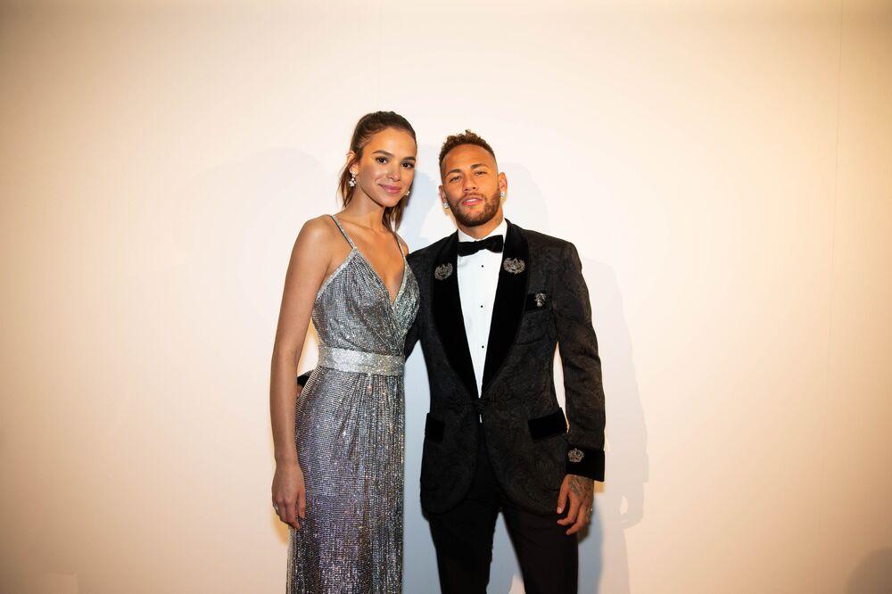 Neymar com sua então namorada Bruna Marquezine em São Paulo (SP), durante leilão beneficente do Instituto Projeto Neymar Jr (arquivo)