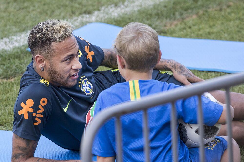 Neymar brinca com o filho Davi Lucca durante intervalo de treino da seleção brasileira em Sochi, na Rússia, durante a Copa do Mundo, em 29 de junho de 2018