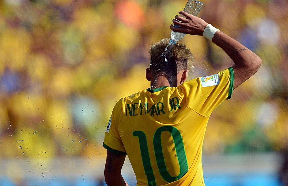 Craque da seleção, Neymar se refresca durante confronto do Brasil com o Chile pelas oitavas de final da Copa do Mundo FIFA, no Mineirão, em Belo Horizonte, em 28 de junho de 2014